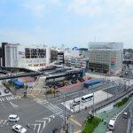 JR東海道線「戸塚駅」西口の様子。大きなバスターミナルがあり、ショッピング施設も充実しています。(駅)